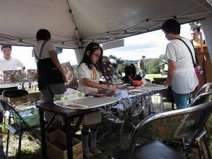 六呂師高原アルプス音楽祭2014 チョークアートもりのこりすで体験に集中している女の子/どこまでもアマチュア