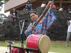 六呂師高原アルプス音楽祭2014 レインスティックを奏でる女性メンバー/どこまでもアマチュア