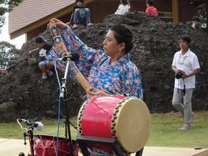 六呂師高原アルプス音楽祭2014 レインスティックで観客を魅了する女性メンバー/どこまでもアマチュア