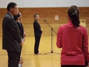 はつらつママさんバレーボールin大野 あいさつする福井県副知事 杉本達治氏/どこまでもアマチュア