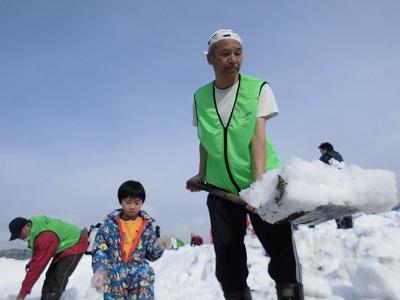 さかだに雪まつり 表面の雪をスコップで割って、収穫しやすいようにアシストしているスタッフの山村福和氏/どこまでもアマチュア