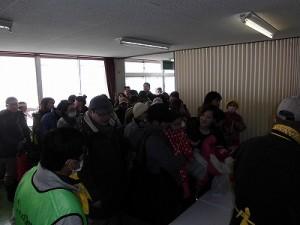 さかだに雪まつり 阪谷こだわり野菜のふるまい大鍋に並ぶお客さん/どこまでもアマチュア