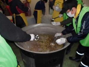 さかだに雪まつり 阪谷こだわり野菜のふるまい大鍋 のっぺい汁をすくう担当者/どこまでもアマチュア