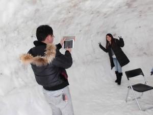 さかだに雪まつり 巨大かまくらの中で記念撮影するカップル/どこまでもアマチュア