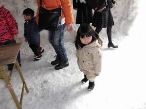 さかだに雪まつり 巨大かまくらの中の少女/どこまでもアマチュア