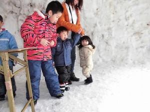 さかだに雪まつり 巨大かまくらの中のお兄ちゃんと少女/どこまでもアマチュア