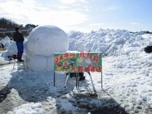 さかだに雪まつり 雪像づくりコンクール 雪像群の前/どこまでもアマチュア