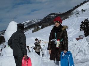 さかだに雪まつり ガッツリ日焼け止めを塗って子供を遊ばせている美人ママ/どこまでもアマチュア