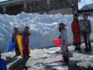 さかだに雪まつり 快晴のもとソリ遊びに興じる少年少女/どこまでもアマチュア