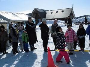 さかだに雪まつり スノーモービル体験の順番を待つお客さんたち/どこまでもアマチュア