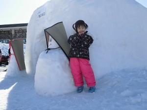 さかだに雪まつり 雪像づくりコンクール 雪人形前でポーズをとるお嬢ちゃん/どこまでもアマチュア