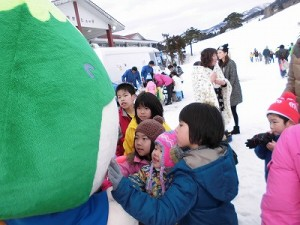 さかだに雪まつり さかずきんちゃんに群がる子供たち/どこまでもアマチュア