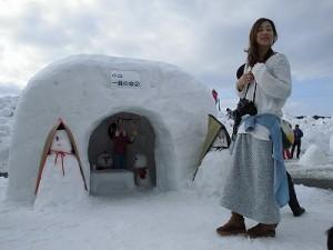 さかだに雪まつり 雪像づくりコンクール かまくらで遊ぶ親子/どこまでもアマチュア