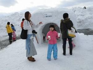 さかだに雪まつり 雪像づくりコンクール かまくらから次の作品に移動する親子/どこまでもアマチュア