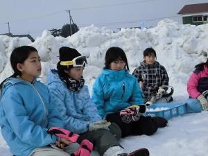 さかだに雪まつり 声援を送りながら次のゲームを待つ選手たち/どこまでもアマチュア