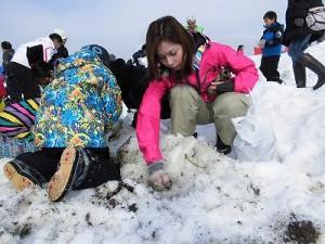 さかだに雪まつり 一生懸命雪を掘っている親子/どこまでもアマチュア