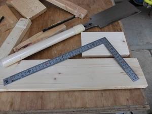 日曜大工自習教室~ズブの素人編~ 指矩(さしがね)で材料の側面に直角の線を引いている図/どこまでもアマチュア