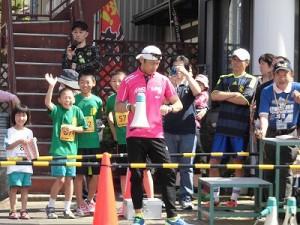 第51回越前大野名水マラソン 腕時計を見て時刻を確認するゲストランナー 森脇 健児氏/どこまでもアマチュア