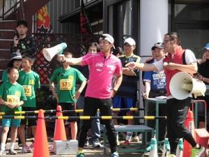 第51回越前大野名水マラソン スタート直後の動きをスタッフと確認するゲストランナー 森脇 健児氏/どこまでもアマチュア