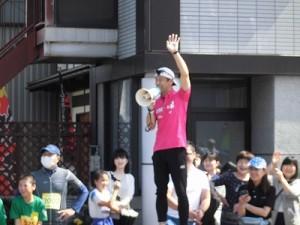 第51回越前大野名水マラソン スタートするランナー達を激励するゲストランナー 森脇 健児氏/どこまでもアマチュア