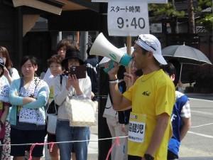 第51回越前大野名水マラソン トークを続けるご満悦のゲストランナー 森脇 健児氏/どこまでもアマチュア