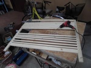 日曜大工自習教室~下手の横好き編~ 前面枠へ桟を固定中/どこまでもアマチュア