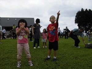 六呂師高原アルプス音楽祭2015 バルーンリリース風船を見つめる子どもたち/どこまでもアマチュア