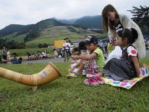 六呂師高原アルプス音楽祭2015 アルプス音楽団 母子のそばでアルプホルンの演奏/どこまでもアマチュア