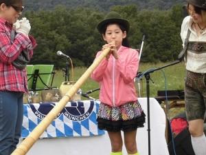 六呂師高原アルプス音楽祭2015 アルプス音楽団 アルプホルン試し吹き四人目/どこまでもアマチュア