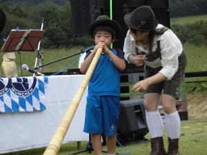 六呂師高原アルプス音楽祭2015 アルプス音楽団 アルプホルン試し吹き七人目/どこまでもアマチュア