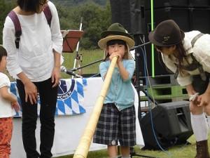 六呂師高原アルプス音楽祭2015 アルプス音楽団 アルプホルン試し吹き八人目/どこまでもアマチュア