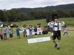 六呂師高原アルプス音楽祭2015 アルプス音楽団 みんなでアヒルのダンス開始/どこまでもアマチュア