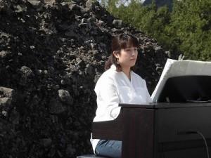 六呂師高原アルプス音楽祭2015 ゴスペル・ウィンディ・フレンズの美人ピアニスト/どこまでもアマチュア