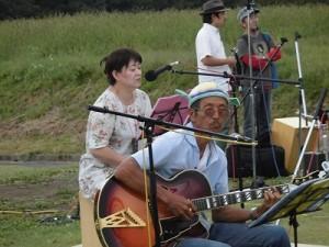 六呂師高原アルプス音楽祭2015 One Dayのヴォーカル兼ギターとパーカッションの2人/どこまでもアマチュア