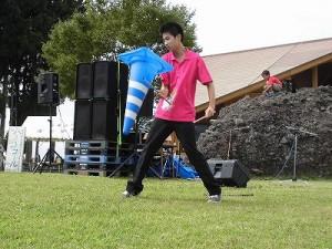 六呂師高原アルプス音楽祭2015 藤島高校ジャグリング部 カラーコーンまでデビルスティックにしてしまう林君の大技/どこまでもアマチュア
