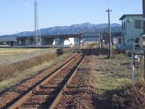 六条駅を紹介します。 アプローチからさらに遠くを望んでみる/どこまでもアマチュア