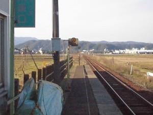 六条駅を紹介します。 駅舎の向こう側のプラットホーム/どこまでもアマチュア