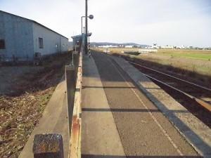 六条駅を紹介します。 プラットホーム上の景色/どこまでもアマチュア
