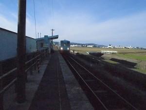 六条駅を紹介します。 ホームに到達してきた列車/どこまでもアマチュア