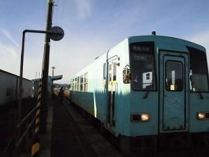 六条駅を紹介します。 利用者が乗車する瞬間/どこまでもアマチュア