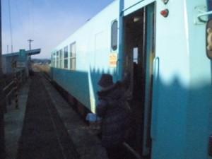 六条駅を紹介します。一番前の出口から乗客が降車する瞬間/どこまでもアマチュア