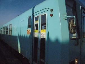 六条駅を紹介します。ドアが閉まって出発する列車/どこまでもアマチュア