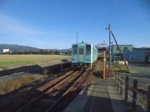 六条駅を紹介します。プラットホームから離れた列車/どこまでもアマチュア