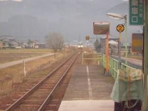 足羽駅はこんなところでした。 ヘッドライトを点灯して近づいてくる列車/どこまでもアマチュア
