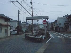 越前東郷駅を見てきました。 道路の真ん中に中央分離帯的な障害物が現れた様子/どこまでもアマチュア