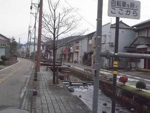 越前東郷駅を見てきました。 道路の真ん中に流れている川/どこまでもアマチュア