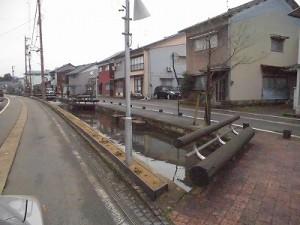 越前東郷駅を見てきました。 向こうの方まで続いている川/どこまでもアマチュア