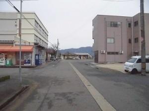 越前東郷駅を見てきました。 遠くに見えてきた越前東郷駅/どこまでもアマチュア