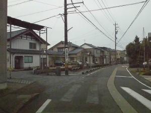 越前東郷駅を見てきました。 道路の中央に川が流れているところ/どこまでもアマチュア