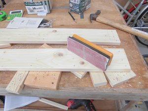 日曜大工教室~我流か自己流か編~ ささくれを紙やすりで除去作業中/どこまでもアマチュア